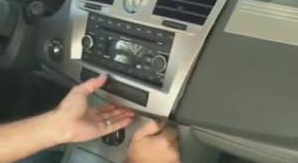 1.Loosen the trim panel with a lever